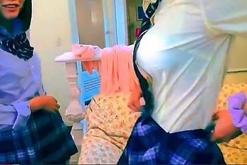 【援交JK】痴女なパイパン激カワ美少女JK2人組が援助のオヤジに、ゴム無しで中出しOKのサインを送ってくきたので、中出ししたら、おま○こを見せてピースする変態女子校生だった!