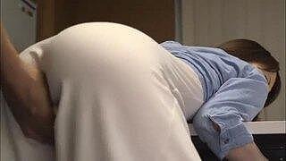 美巨乳美女AV女優の篠田ゆうちゃんが、スカートからパンツが透けて、エッチな感じだったので、エロさ倍増!そのままパコっちゃう!
