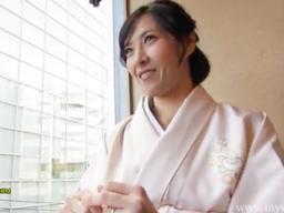 37歳の美熟女が着物で神社に初詣にきていたところでナンパされて、その日にホテルに行って、着物を徐々に脱がしてパコっちゃう!