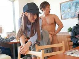 【三上悠亜】カフェで元アイドルの有名AV女優にインタビュー中に、突然、全裸の男優が乱入してきてパコられちゃう!