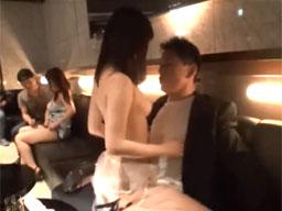 セクシーランジェリー姿のおっパブ嬢が、お気に入りのお客さんを誘惑して、本番セックスで膣内射精までさせちゃう(*´Д`*)ハァハァ