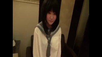 セーラー服姿の優等生タイプの大人しそうで可愛い童顔ロリ女子高生が、援交でおやじとハメ撮りしちゃう!
